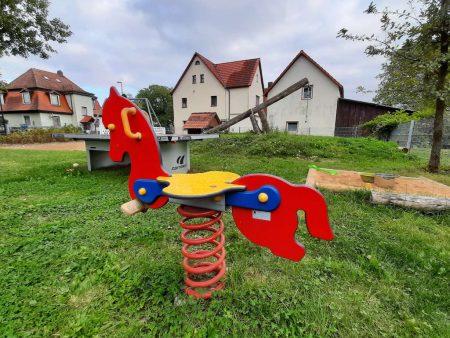 Spielplatz Lilling Schaukelpferd
