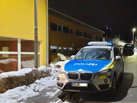 Polizei vor der Grundschule