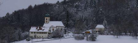 """Verschneite Kirche """"Zu den Heiligen Gräbern"""" in Walkersbrunn"""